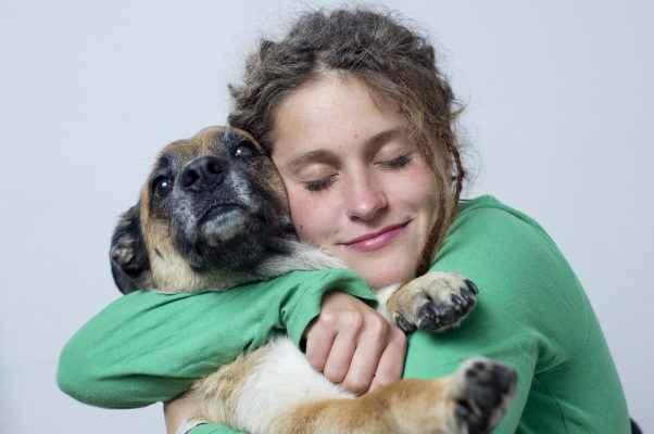 mulher abraçando um cachorro