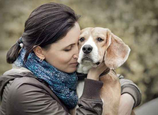 mulher com cachorro sintonia